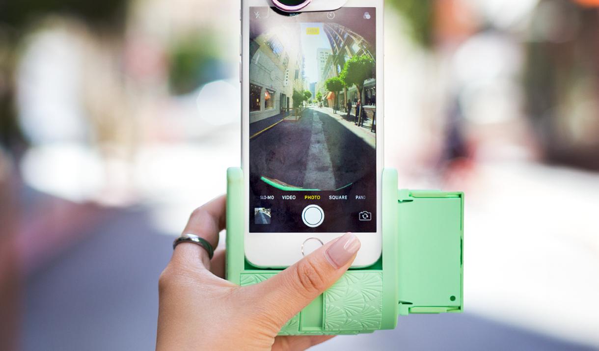 拍照、錄影、沖印等多功能,結合iphone手機一機俱全的科技性玩物。(圖/文 聯...