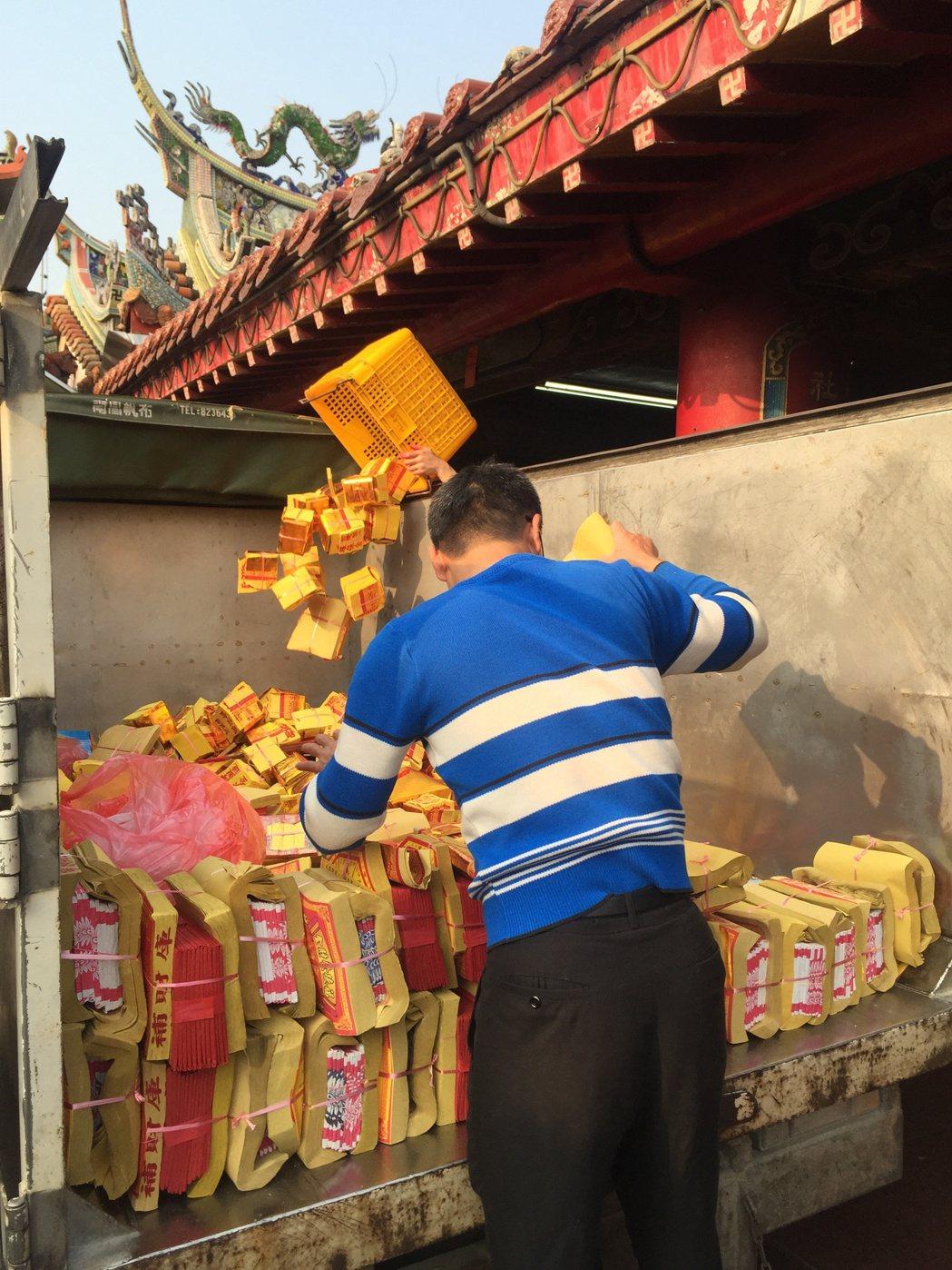 南投宮廟香火鼎盛,環保局春節期間也推動紙錢集中燒,減少空氣汙染。圖/報系資料照