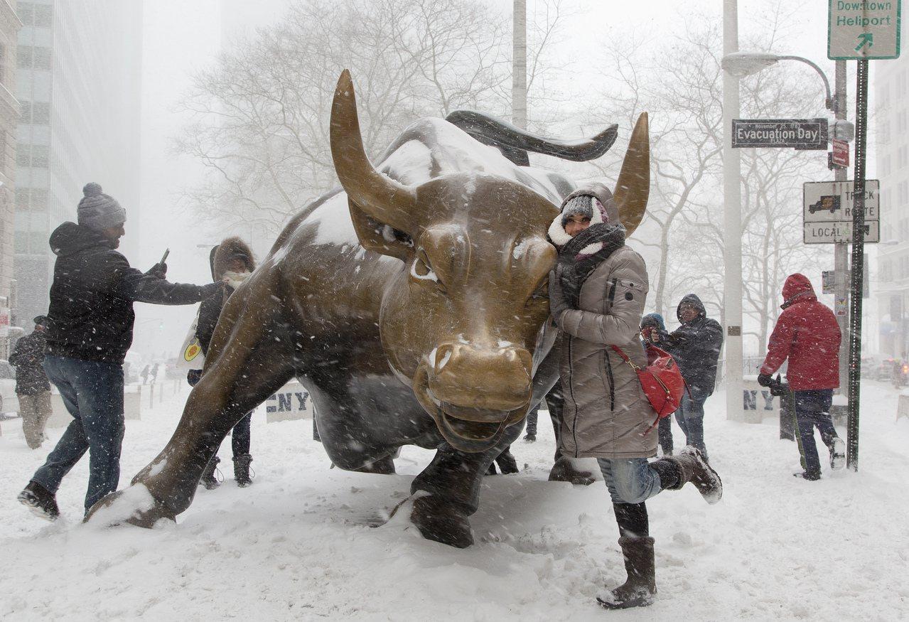 美股崩跌,但分析師認為投資人不需慌張。 美聯社