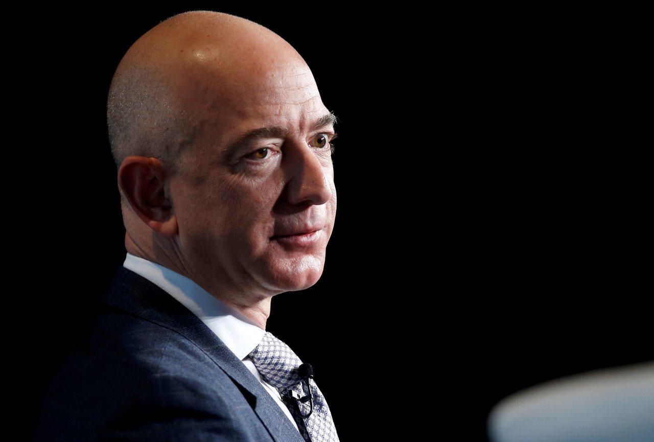 亞馬遜股價昨天下跌4.7%,使執行長暨全球首富貝佐斯身價下跌53億美元。路透