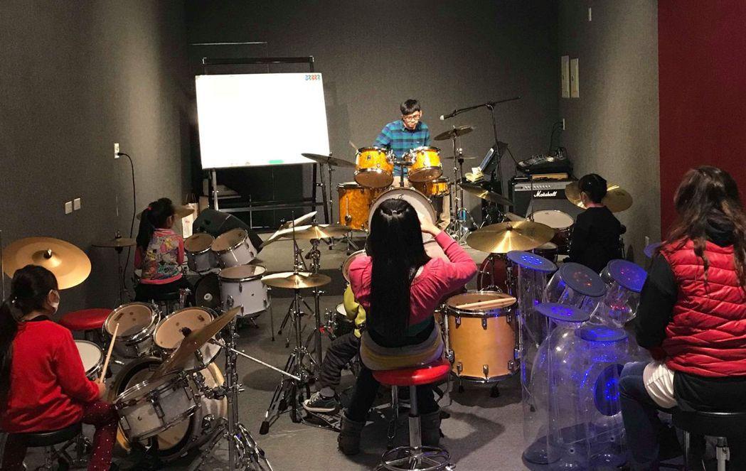 林智化號召音樂老師開辦免費樂器學習課程,歡迎家長加入。圖/林智化提供