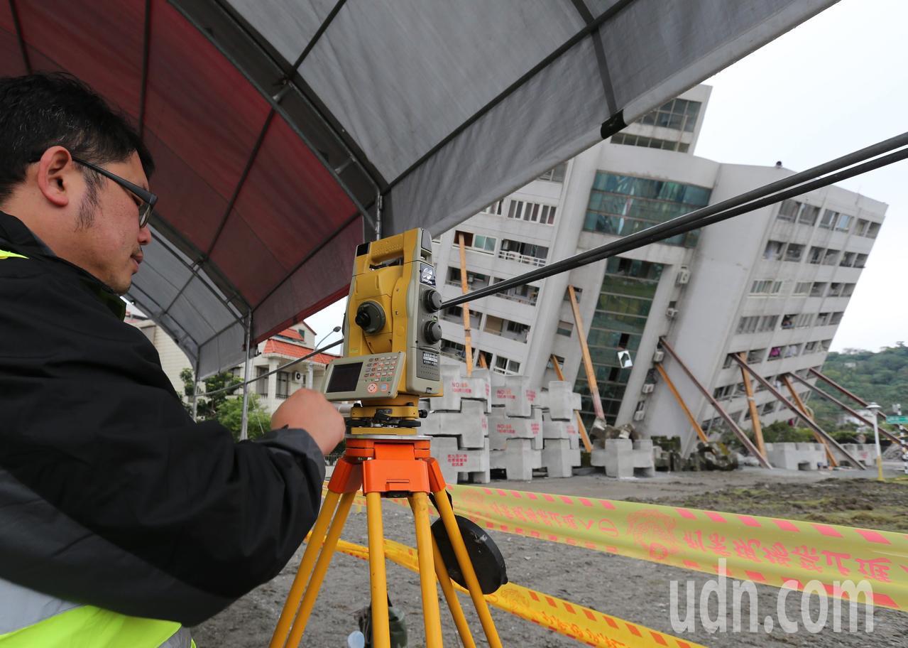 花蓮雲門翠堤大樓災區,工作人員探測儀測量傾斜狀況。記者陳柏亨/攝影