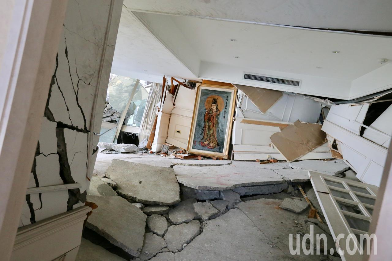 0206花蓮強震雲門翠堤大樓被震塌的現場出現一幅觀音佛像。記者陳柏亨/攝影