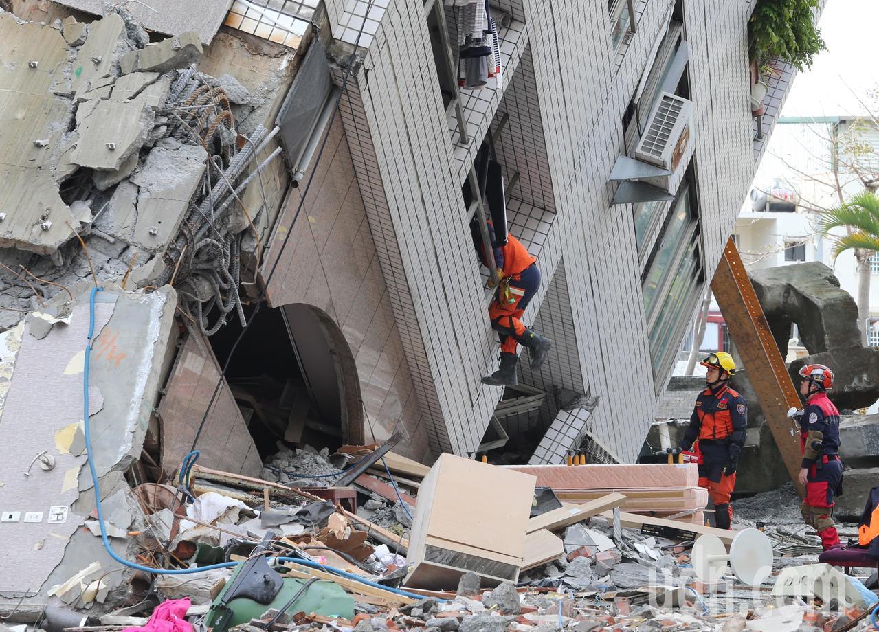 由東京消防廳、海上保安廳和警視廳組成的日本搜救隊,今凌晨帶著生命偵測儀進入花蓮雲...