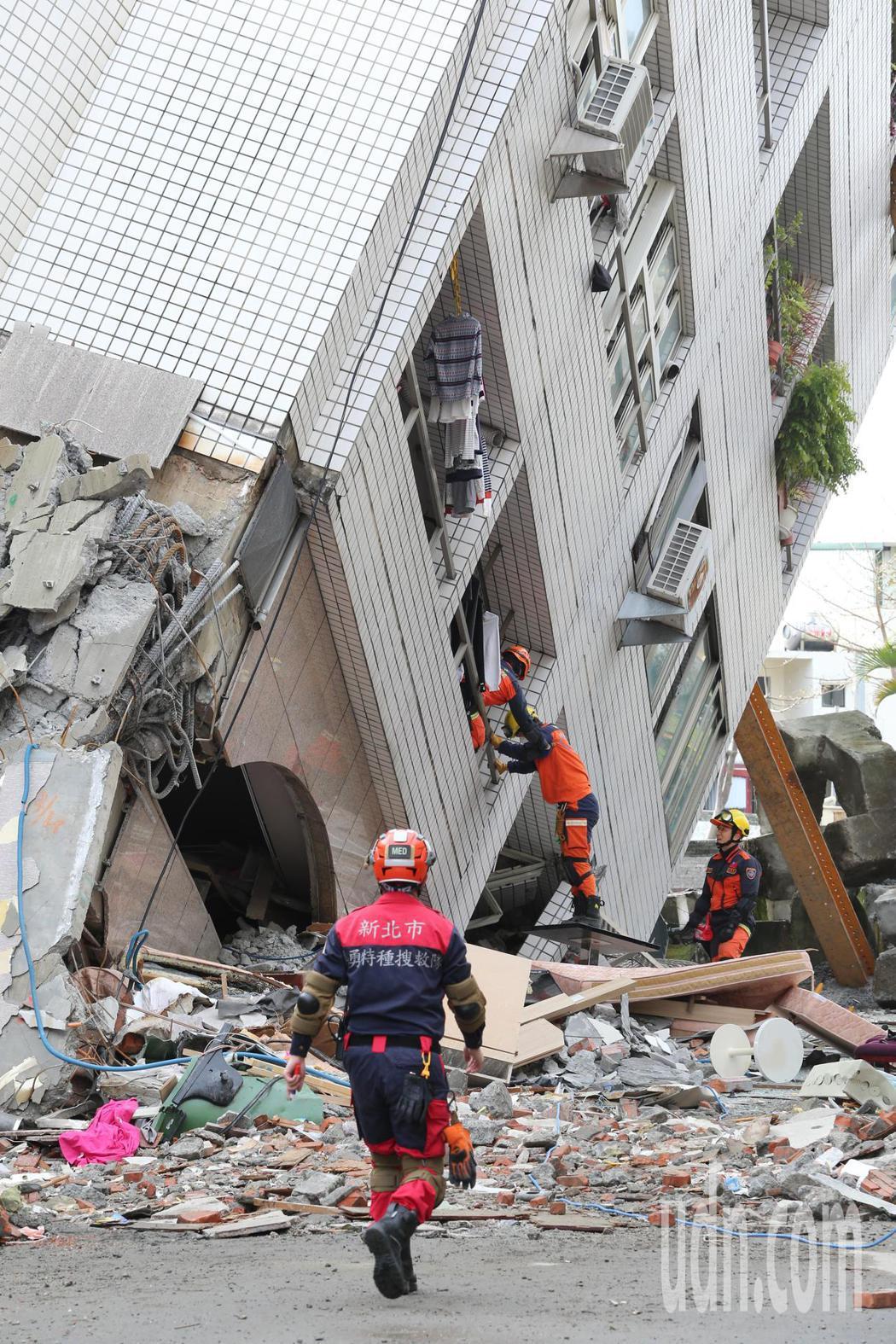 0206花蓮強震雲門翠堤大樓凌晨搜救人員打穿213的天花板,經探測儀測量,消防署...