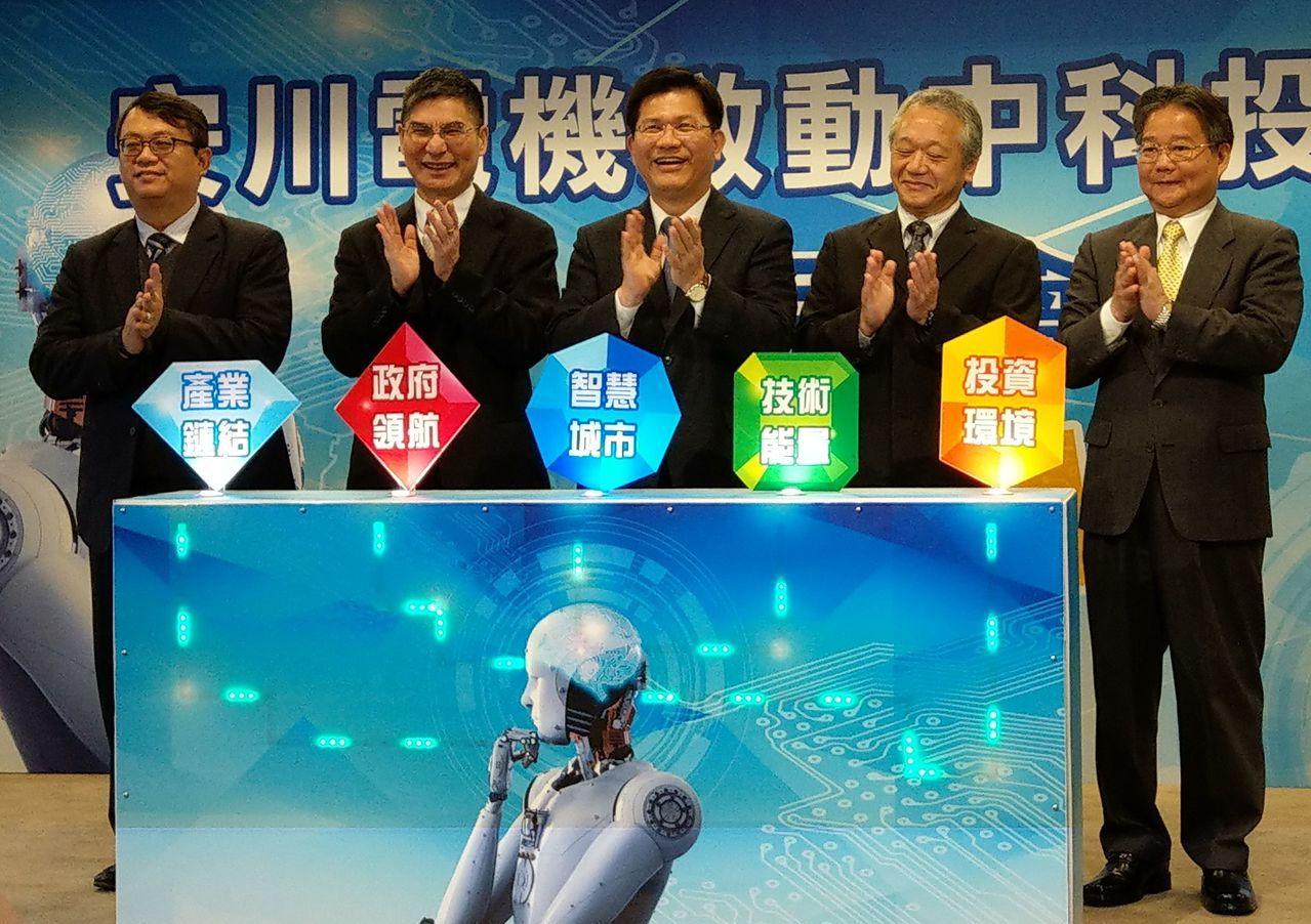 台中市長林佳龍(中)、科技部部長陳良基(左二)、安川電機總經理福永達也(右二)等...