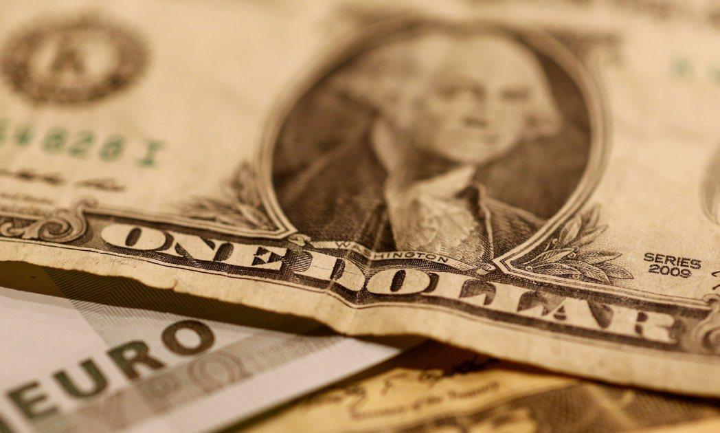 雖然全球匯市近來震盪不斷,但觀察家認為美元走軟的大方向不會變。 路透