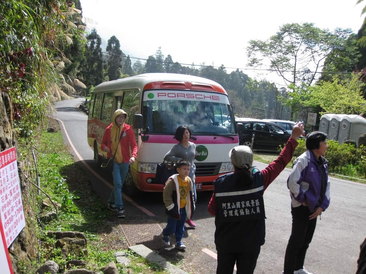 初一至初五在台18線88.5K-95K間至阿里山森林遊樂區,有免費接駁車搭乘。圖...
