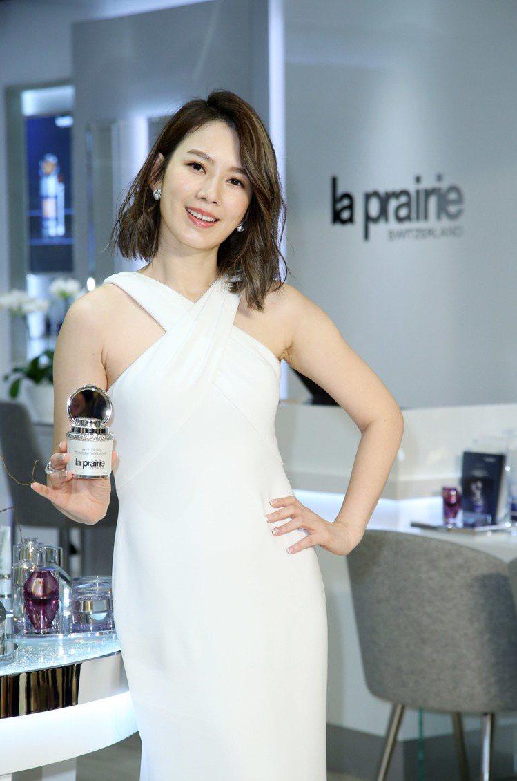 Melody試用的la prairie鑽白魚子時空聚光緊膚霜將於3月上市。圖/記...