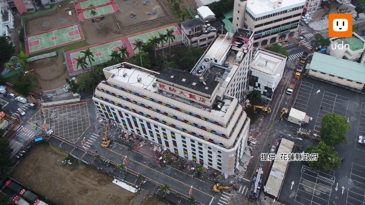 花蓮統帥飯店今天進行拆除作業,花蓮縣政府也提供了整個拆除過程的空拍畫面。提供/花...