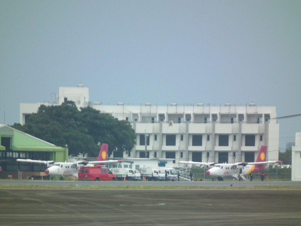 受到天候影響,台東往返蘭嶼的班機今天已經邁入第9天停飛,飛機只能在停機坪上待命起...