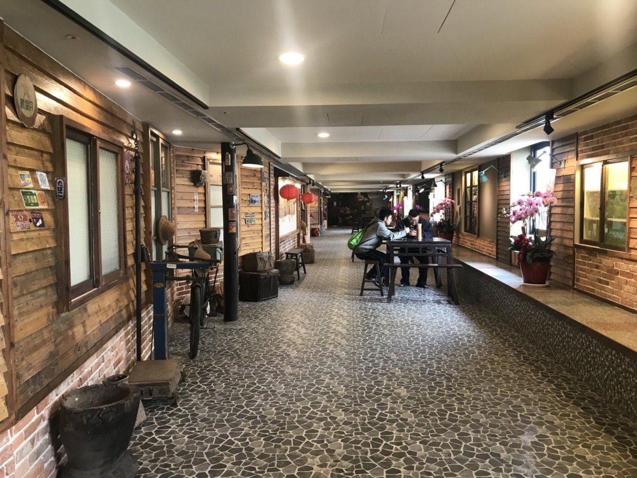 裝修時也保留了延平戲院的一些放映設備與水泥牆等,同時院內還有類似像是「柑仔店」的...