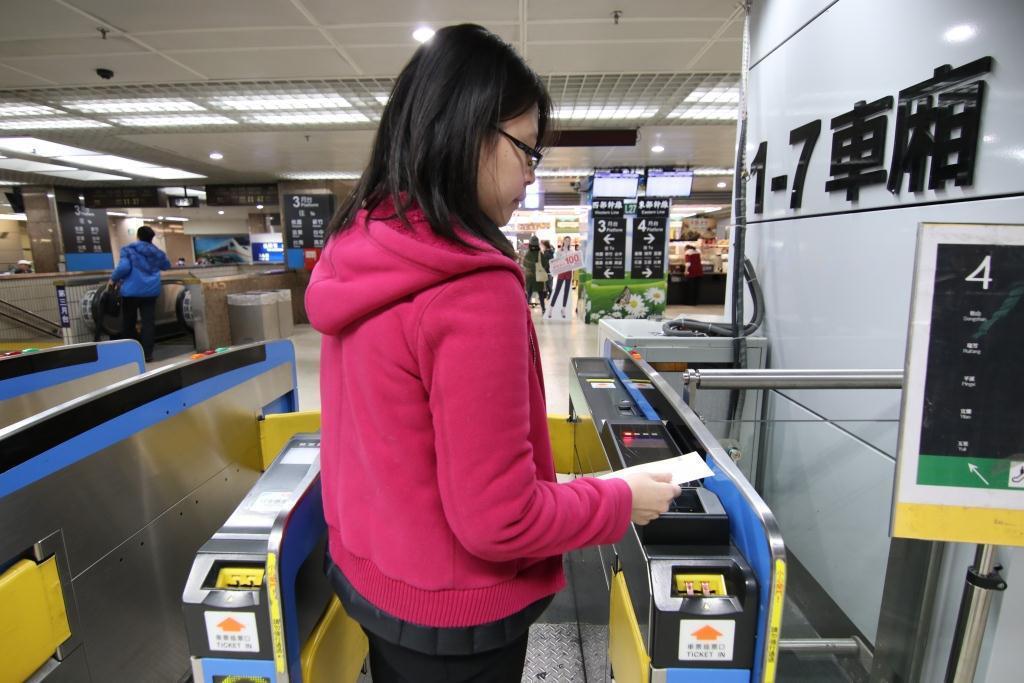 台鐵在17個車站匣門新增超商QR code車票快速驗票服務。照片提供/台鐵局