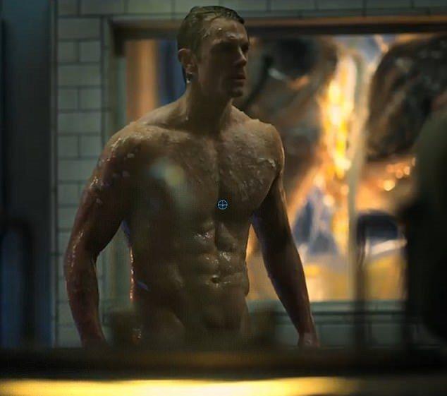 喬爾金納曼在「碳變」中常有裸露鏡頭。圖/摘自imdb