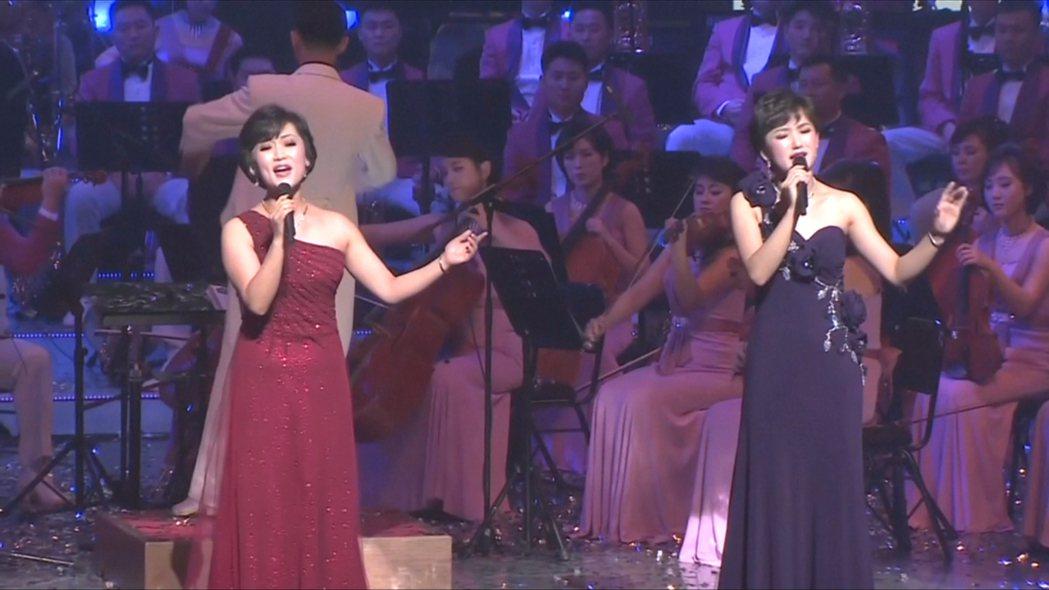 藝術團改編《致J》、《愛情迷宮》等多首南韓名曲,引起現場觀眾共鳴。路透