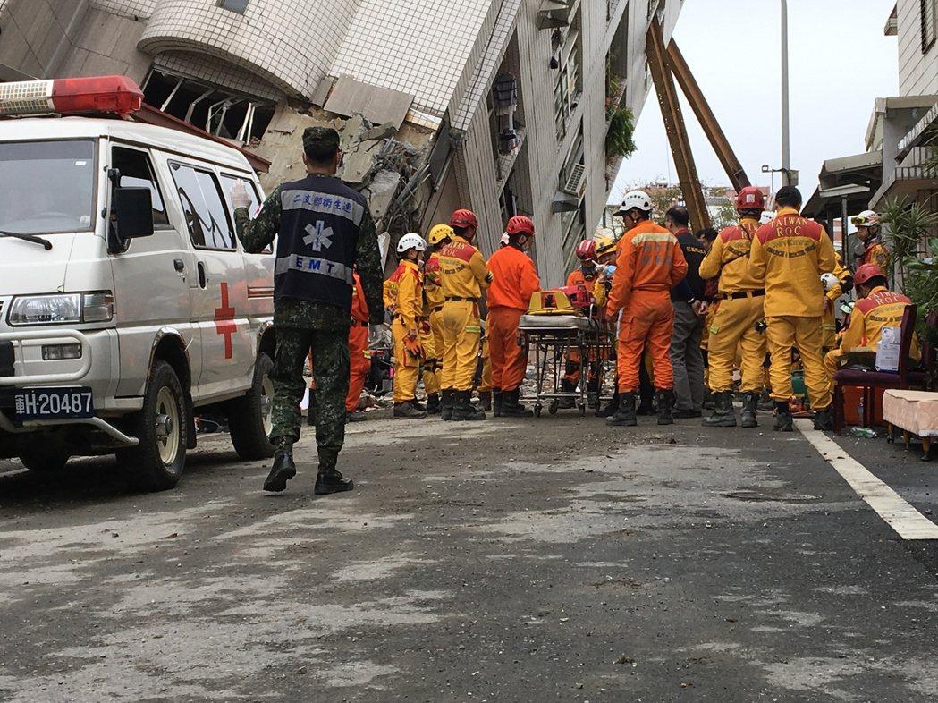 救護車抵達現場等待後送作業。記者徐庭揚/攝影
