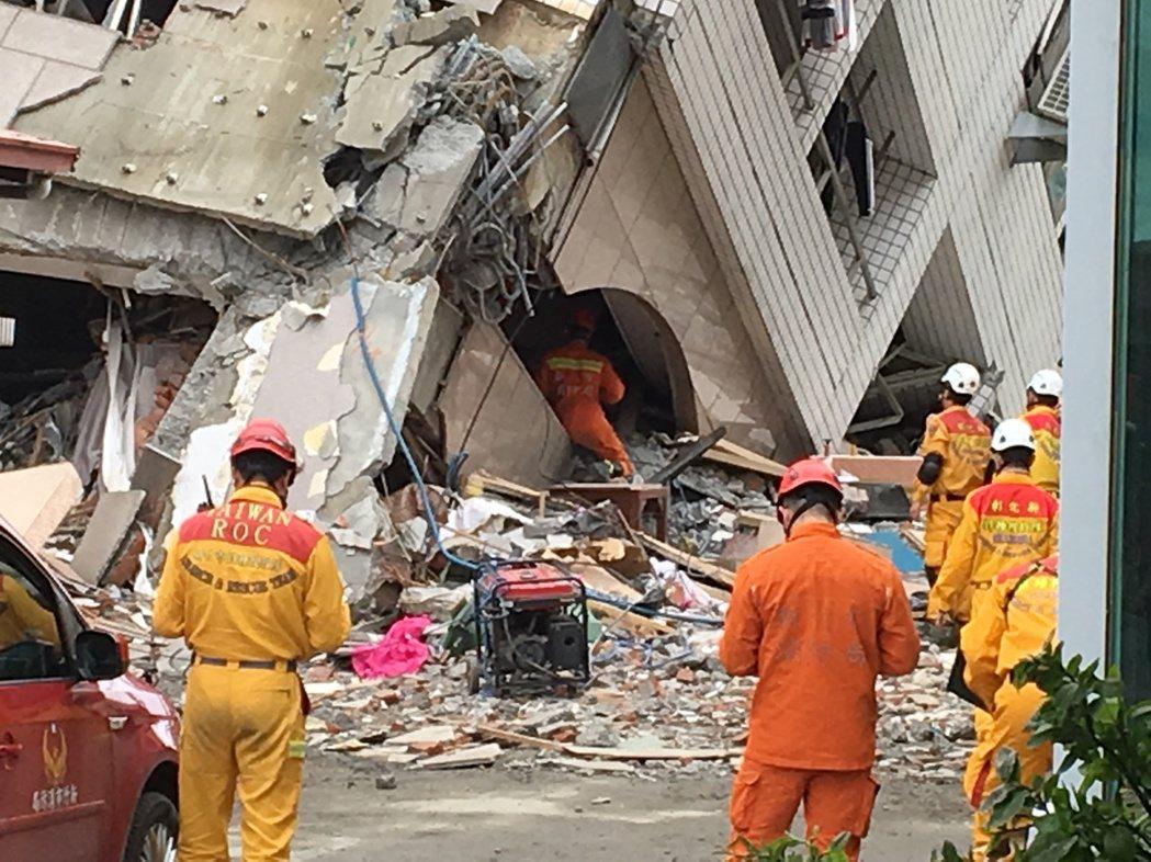 搜救人員從213號房的上面進入,往下開挖。記者徐庭揚/攝影