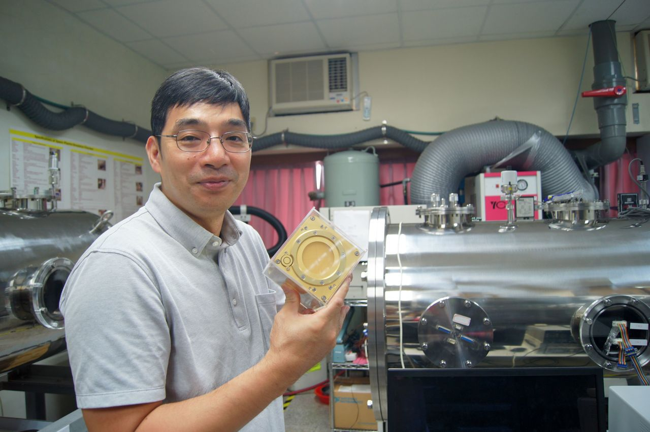 中大太空研究所所長趙吉光與團隊負責「太空魔方」科學酬載。圖/中央大學提供