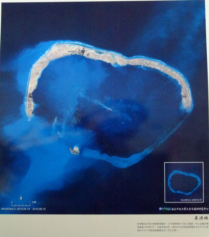 中央大學太空及遙測研究中心今年發行的月曆「島礁」印刷品質比以前更精美,圖為從太空...
