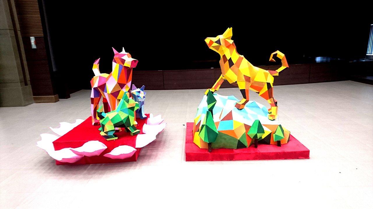 台中燈會雙主燈造型上午正式亮相,狗年以台灣犬為造型,雄犬(右)腳踏台中最高山脈雪...