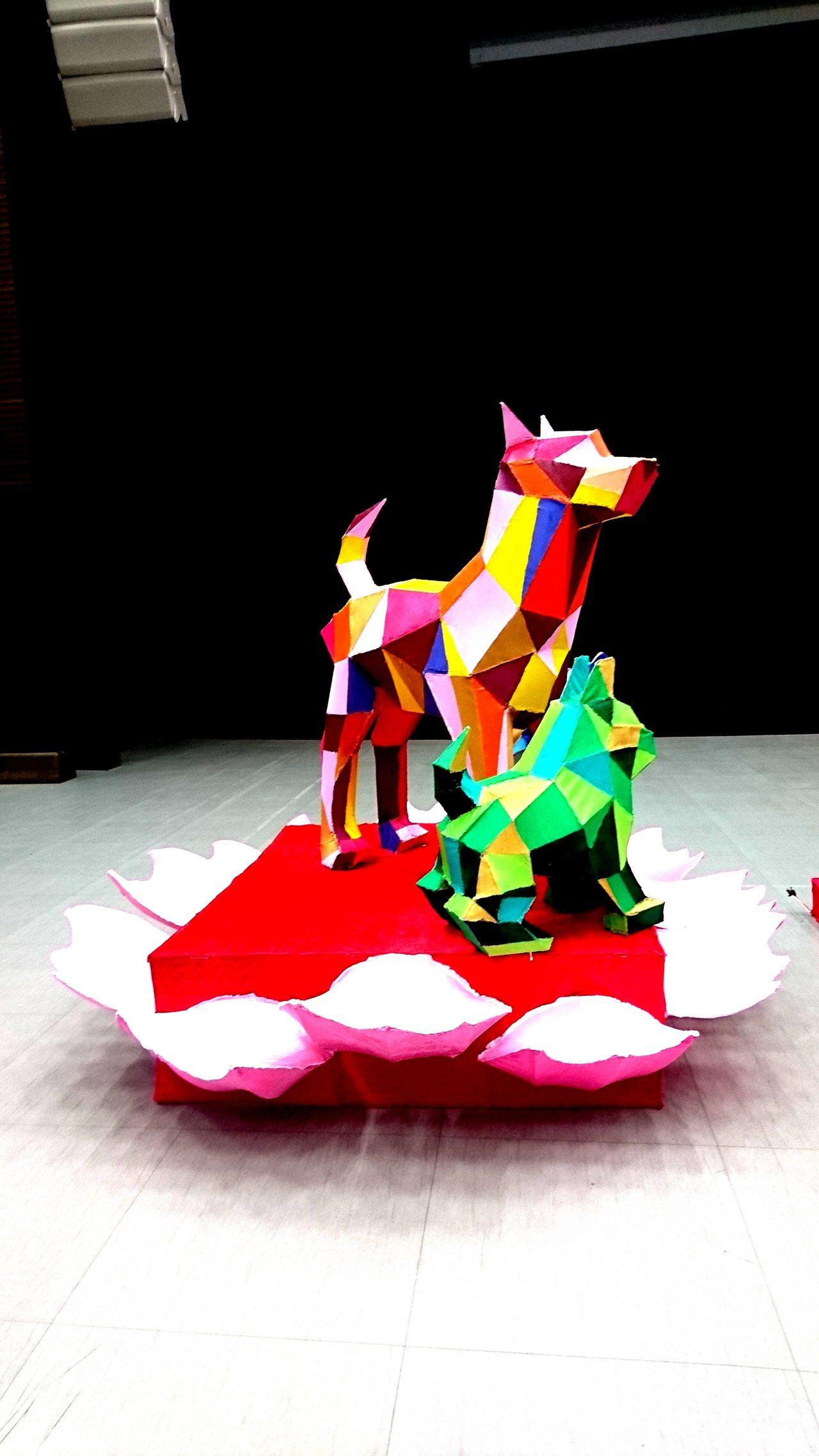 台中港區藝術中心主燈「祥旺花都」以雌性台灣犬及幼犬站立於花朵之中,雌犬機警保護身...