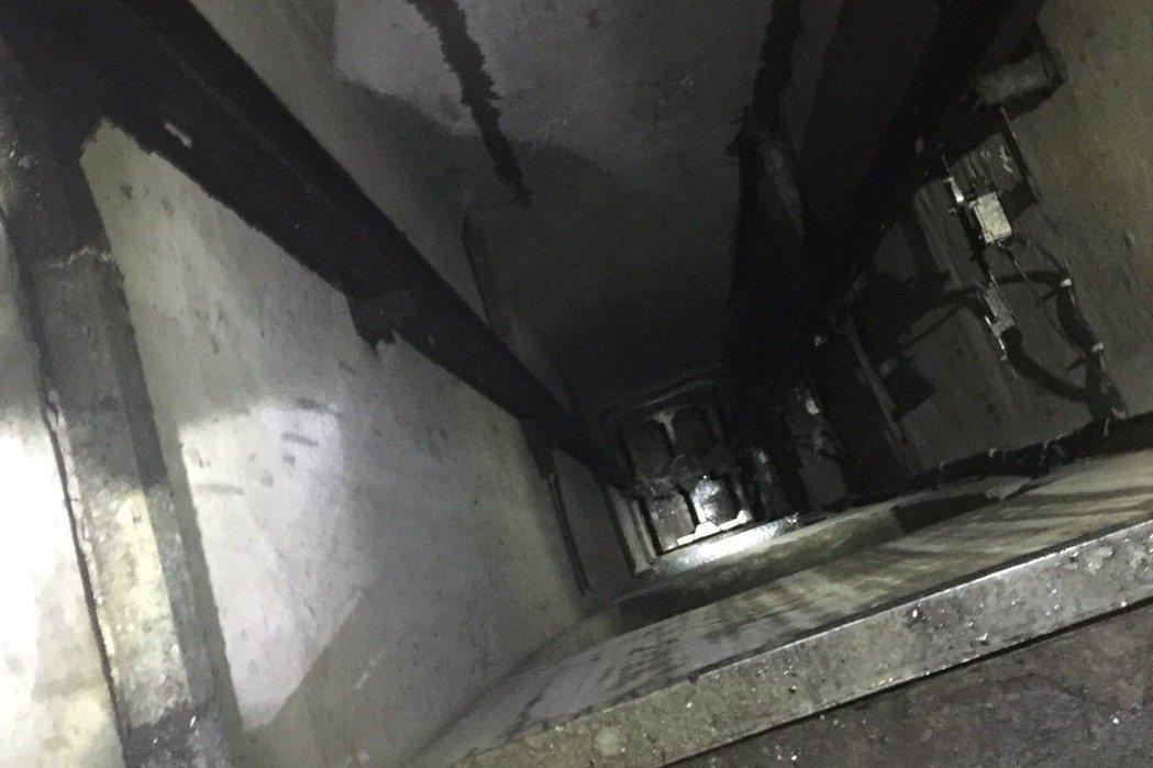 消防員摔進5層樓高的貨梯井。記者蕭雅娟/翻攝