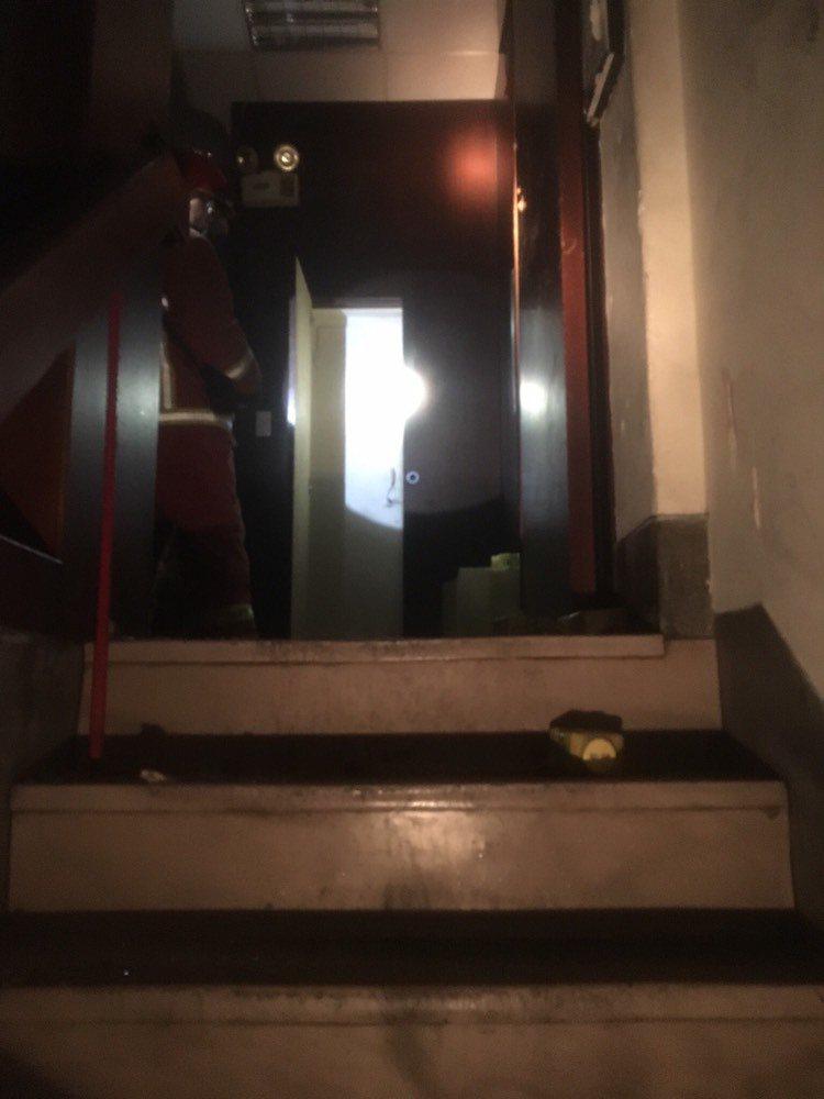消防員爬樓梯上樓,通開門竟跌落電梯井。
