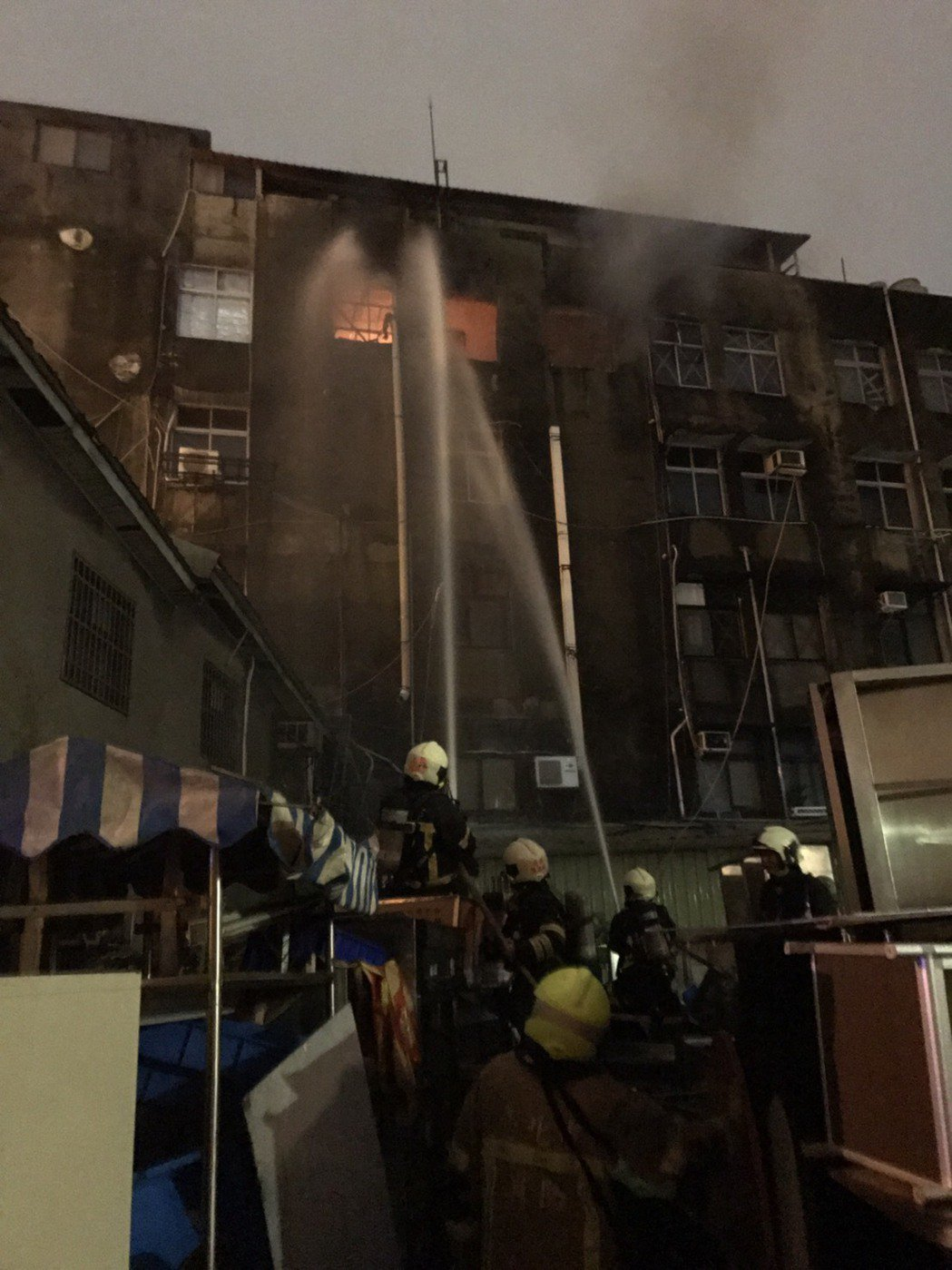 昨晚北市重慶南路三段發生火警,消防員衝現場受傷。