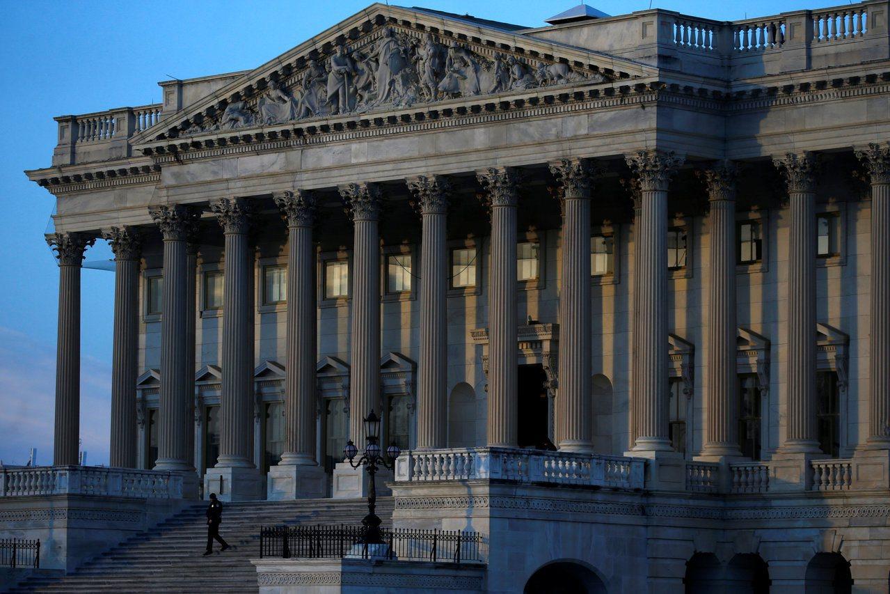 美國國會挑燈夜戰,努力讓美國政府維持運作。路透