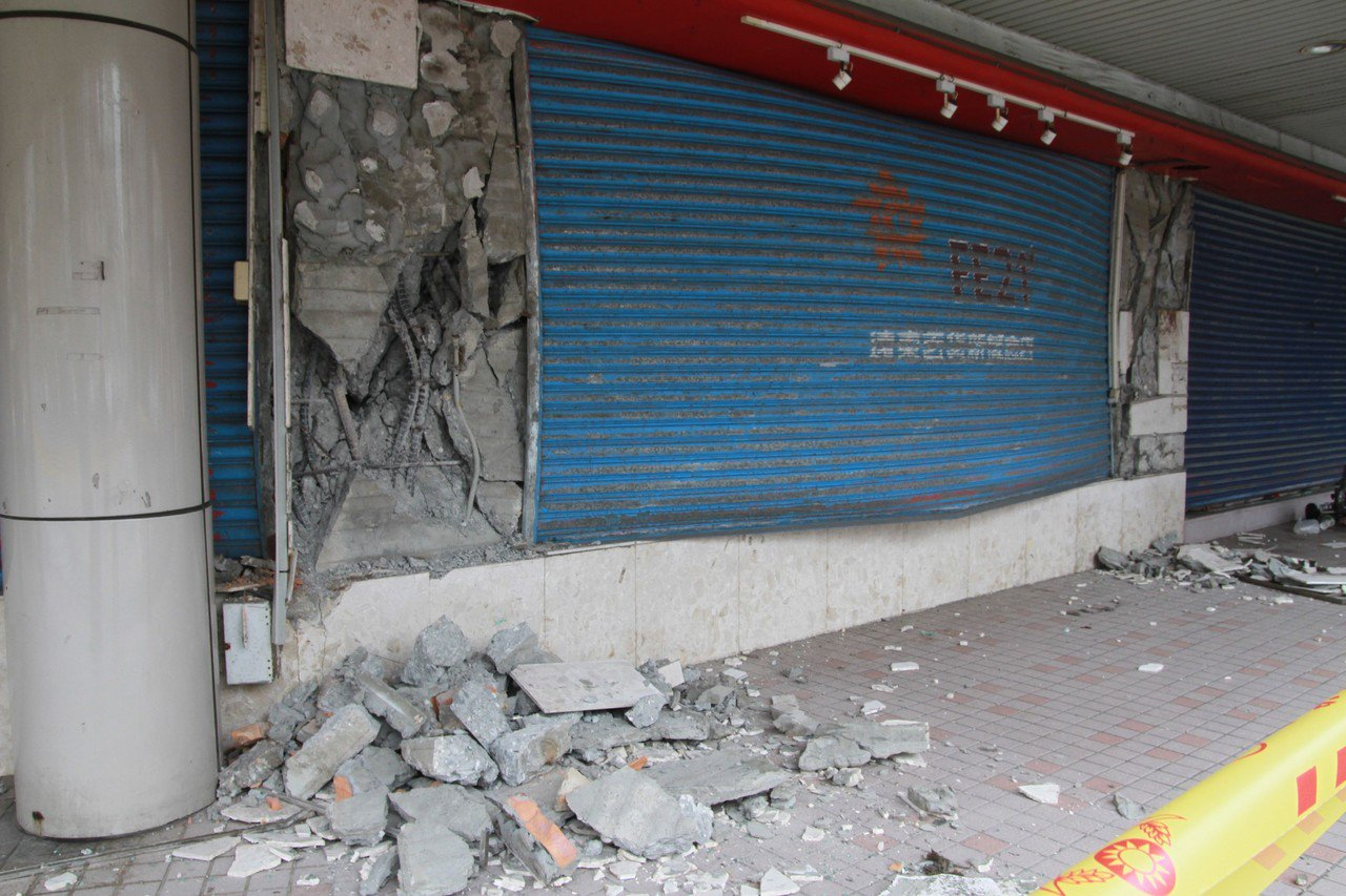 花蓮舊遠百在強震後,建築的磁磚爆裂、鋼筋外露,讓周遭民眾十分恐慌會隨時倒塌。記者...