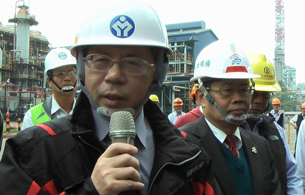 勞動部次長林三貴(前)與高雄市府祕書長楊明州(右)與勞檢人員,到中油大林廠製程區...