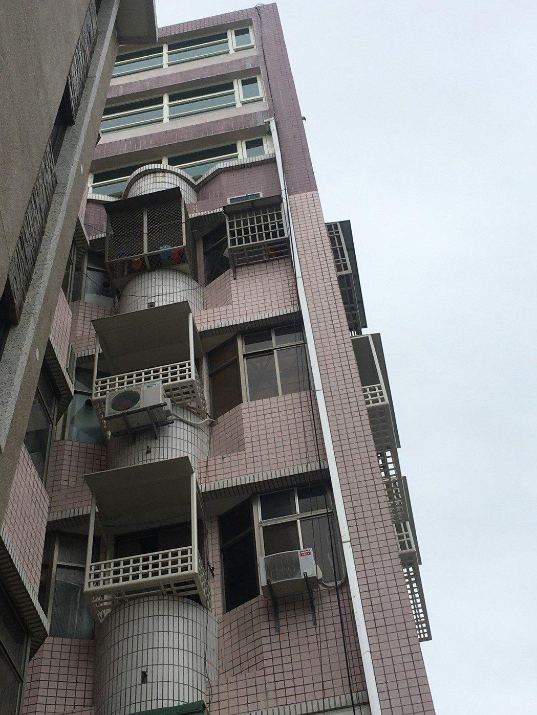 大樓最上層三樓外牆顏色不同,明顯是加蓋。記者李承穎/攝影