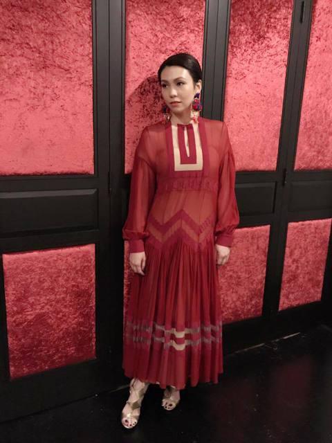 45歲的新加坡女歌手陳潔儀對私生活相當保護,6年前和交往13年的對象Han低調結婚,不過近日她接受訪問時,自爆已於去年離婚,目前是單身狀態。陳潔儀結婚多年,和老公沒有生小孩,她表示因為不想再回答情人...