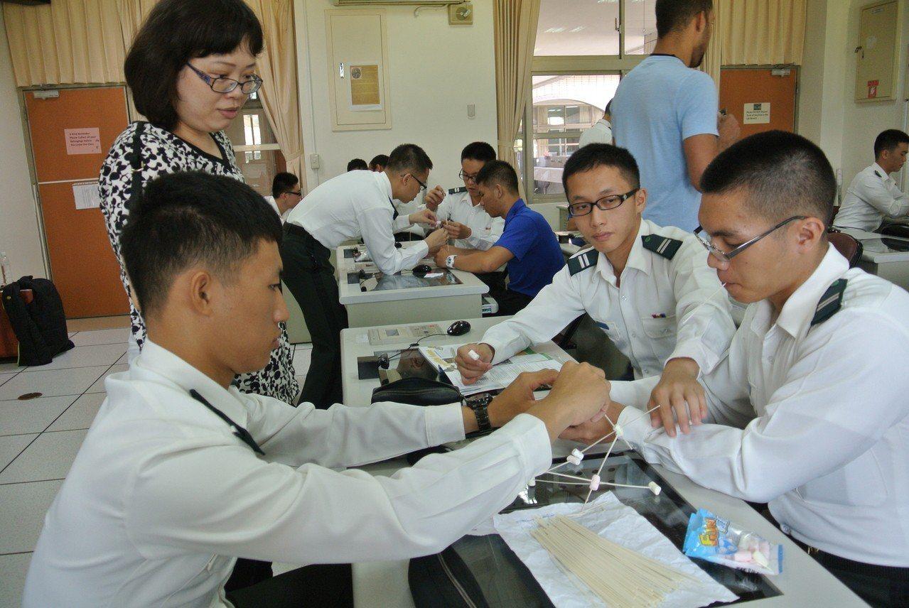 陸軍官校以合作學習概念引導學生學習生活英文。圖/陸軍官校提供