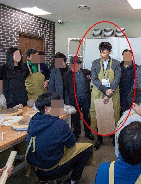 T.O.P服役工作照曝光,穿上圍裙的模樣萌翻粉絲。圖/擷自韓網newsen
