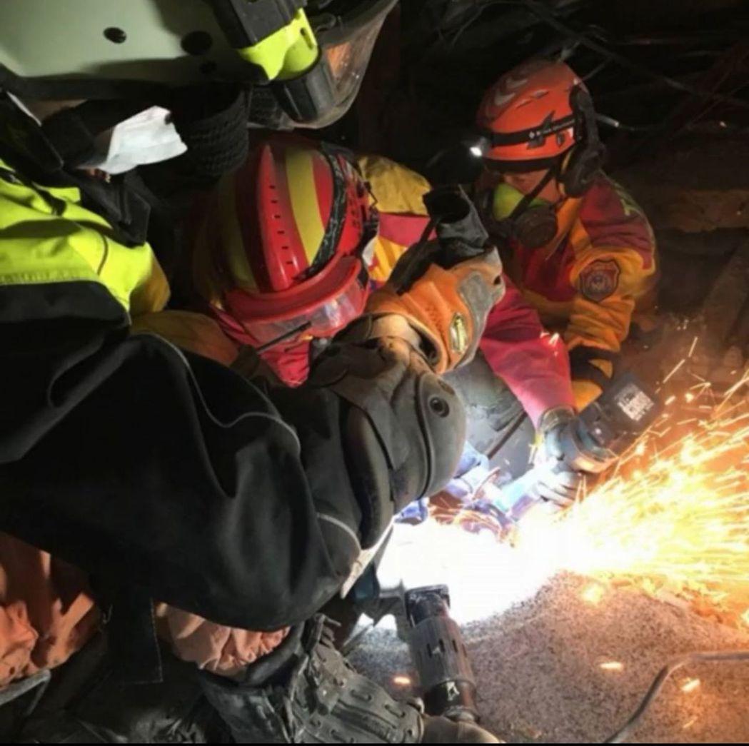 台北市搜救隊漏夜搜救,以破壞器材突破,在侷限空間緩慢挺進,出動搜救犬及生命探測器...
