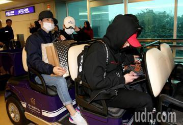 南韓偶像團體EXO成員9日傍晚搭機抵達桃園機場,展開在台灣演唱會行程。EXO成員搭乘的韓亞航空班機,較預訂時間晚了1個小時,傍晚4時30分才到達桃園機場,空橋門口已經有其他地方搭機來台灣追星的粉絲守...