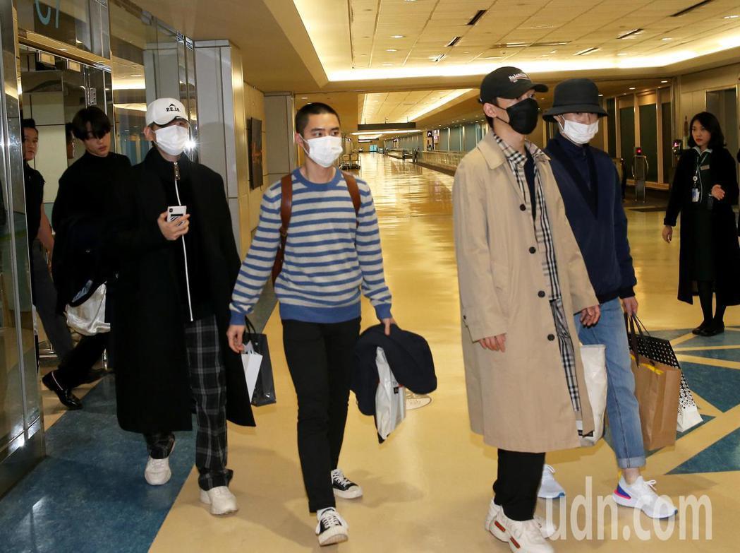 南韓偶像團體EXO成員9日傍晚搭機抵達桃園機場,準備在台灣開唱。記者陳嘉寧/攝影