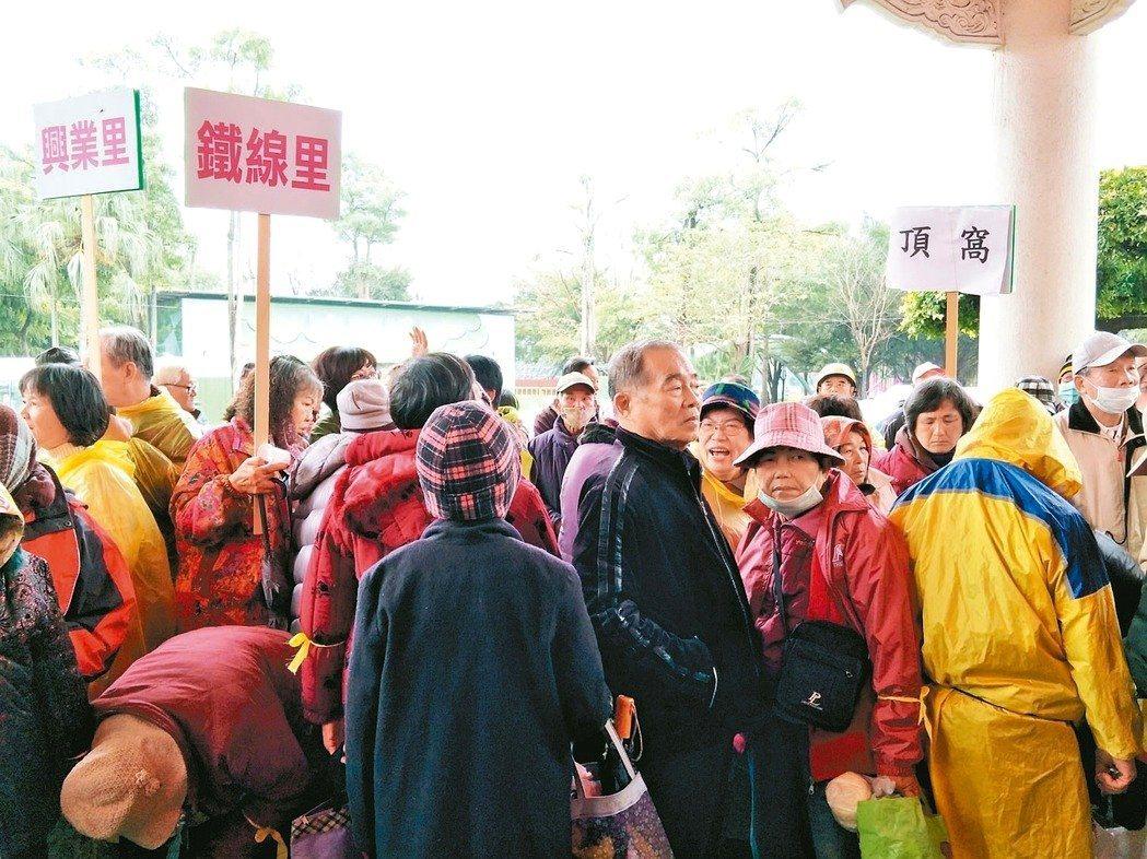 憂心溪北邊緣化,大批鄉親昨冒雨到新營民治議事廳陳情。圖/報系資料照