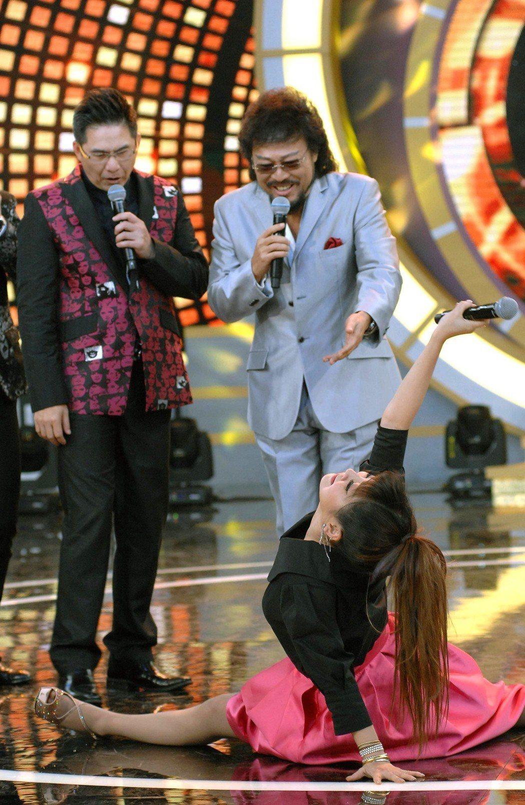 洪都拉斯(左)如今在張菲身邊主持「綜藝菲常讚」,劈腿的是王彩樺。圖/華視提供