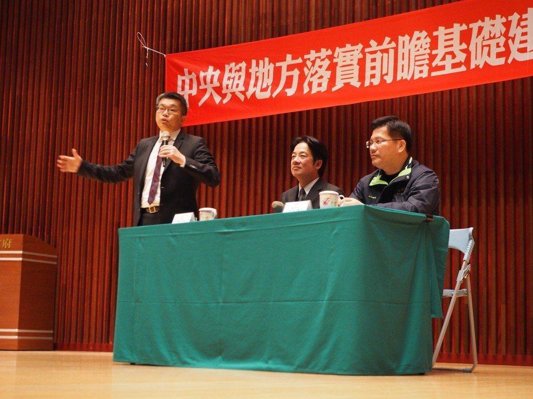 立法院副院長蔡其昌(左起)、行政院長賴清德、台中市長林佳龍一起參與「中央與地方落...