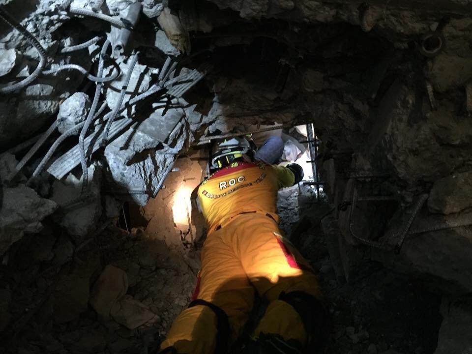 台南特搜隊在雲門翠堤大樓第三面2樓破壞通向203室,與上方台北市搜救範圍有開挖安...
