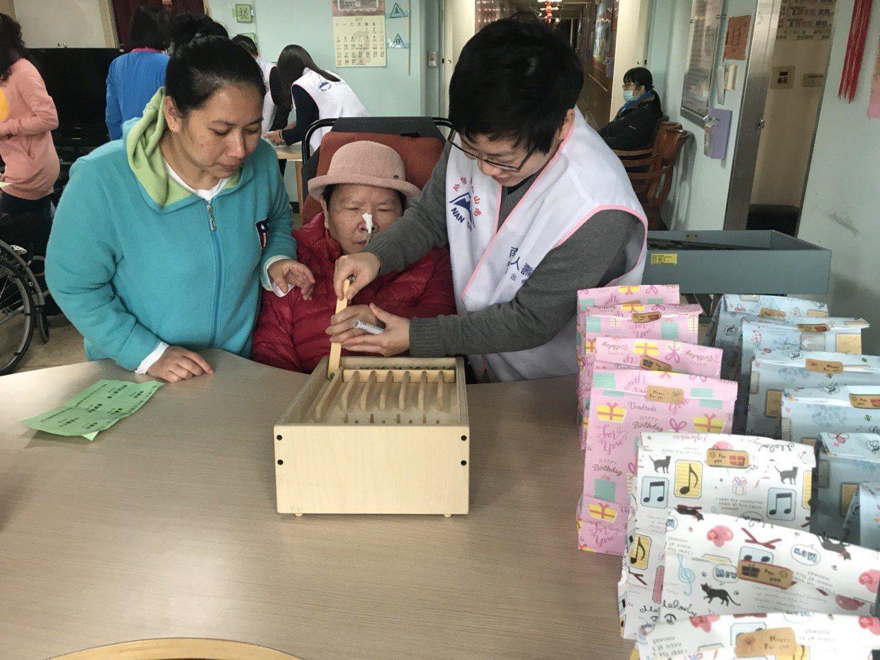 國立陽明大學附設醫院今天把年貨大街搬進在宜蘭市新民院區的護理之家,有年味與童趣遊...