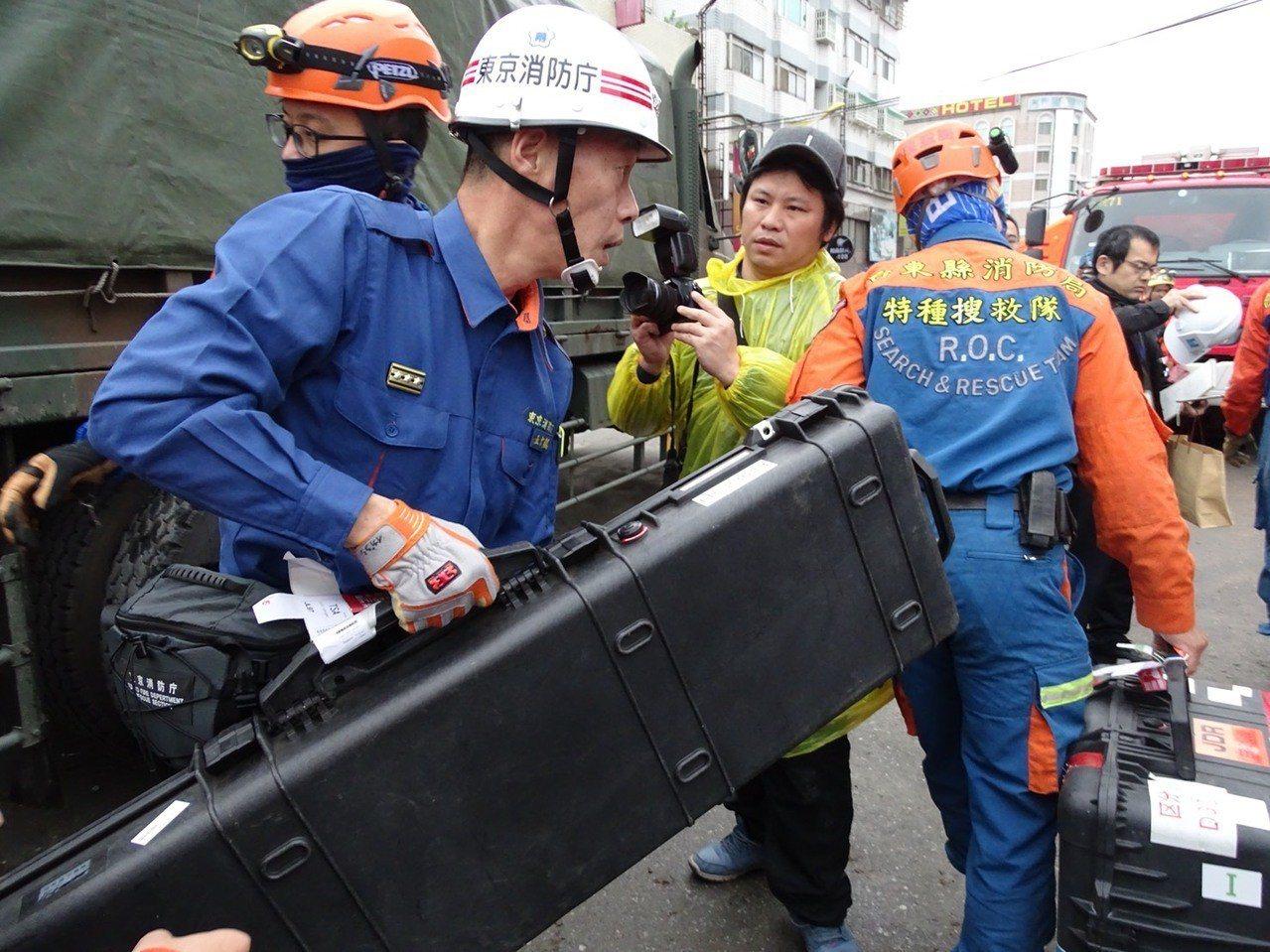 日本搜救隊帶來的生命探測儀器目前尚未找到活體。記者江孟謙/攝影
