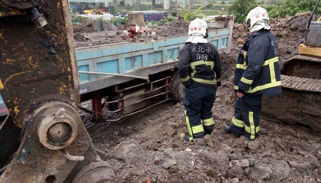 新北市五股區成泰路一段一間環保工程公司今天中午12點多開挖,工人疑未注意到前方有...