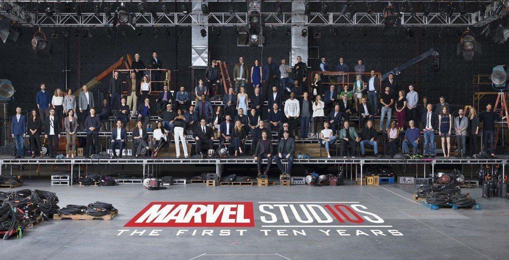 漫威電影歡慶10周年,召集演員和編導人員大合照。圖/迪士尼提供