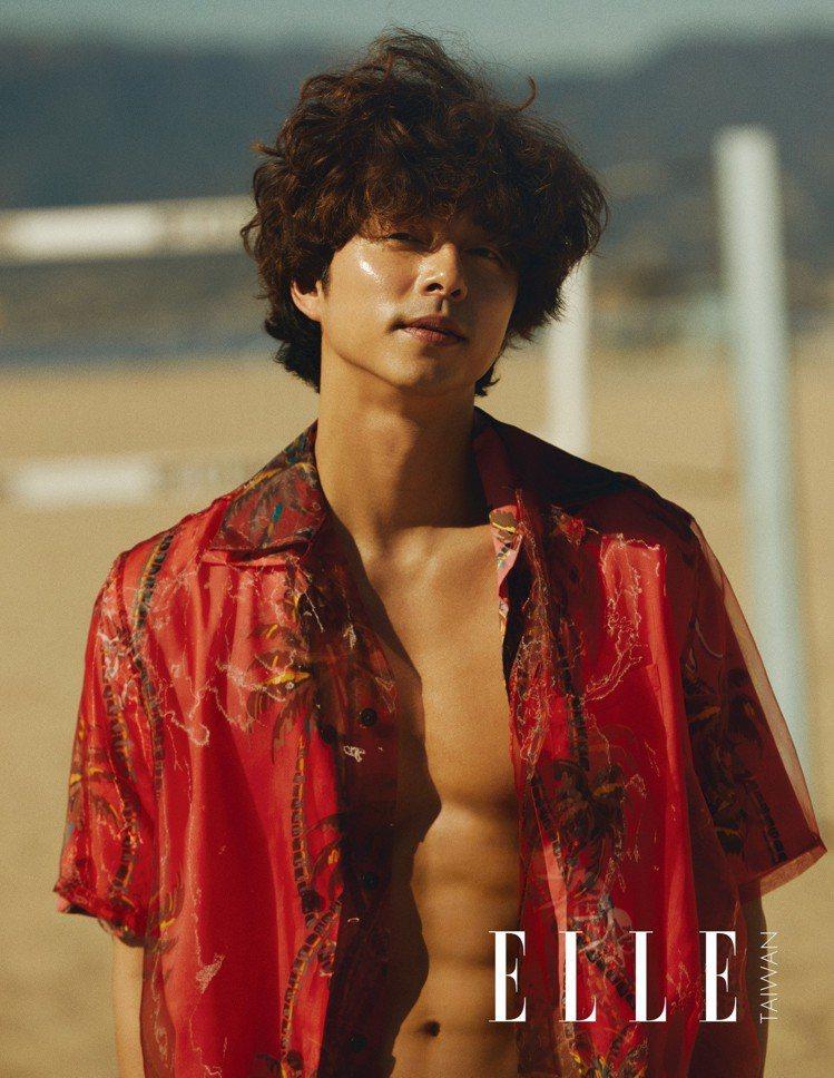 孔劉露胸肌穿紅色夏威夷百合竹子雙層襯衫,狂飆性感男人味。圖/ELLE提供