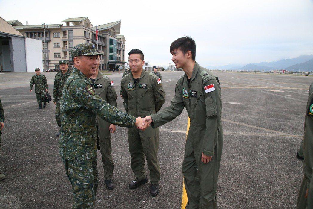 副參謀總長執行官陳寶餘,與星方機員握手。圖/軍聞社