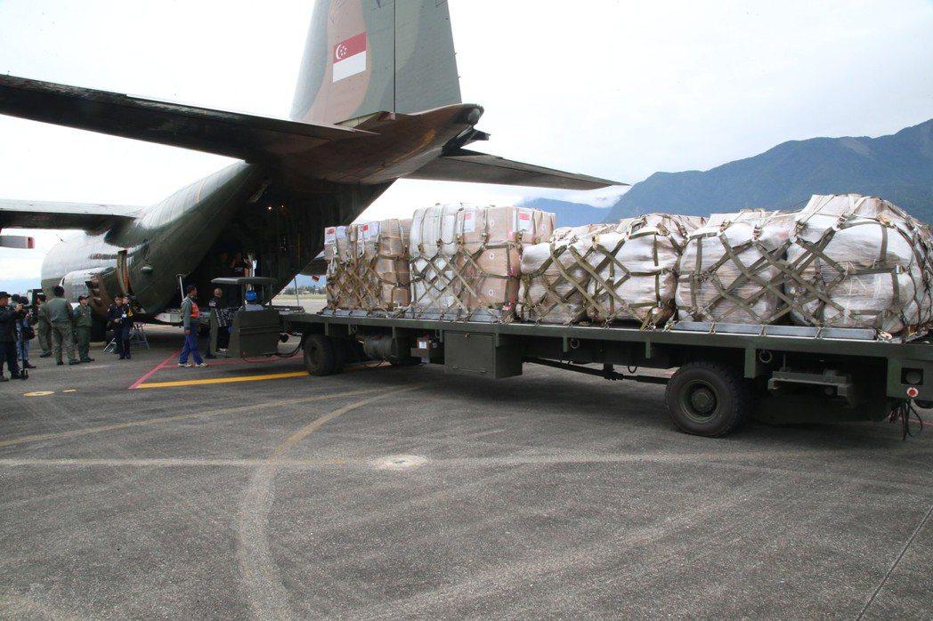 新加坡C-130下卸救援物資。圖/軍聞社