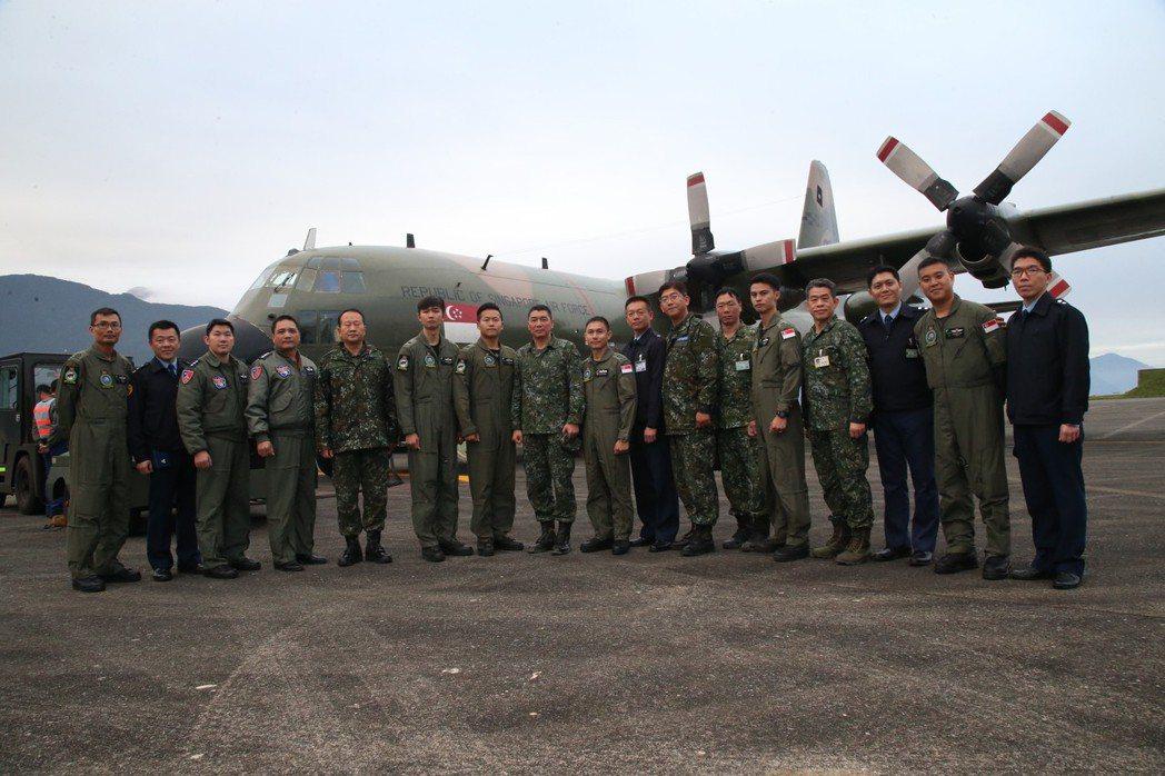 國軍與新加坡機組員在C-130之前合影。圖/軍聞社